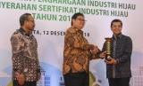 Menteri Perindustrian Airlangga Hartarto penghargaanIndustri Hijau Level 5 (tertinggi)untuk yang kelima kali secara berturut-turut kepada PT Semen Indonesia (Persero) Tbk yang diterima oleh Direktur Produksi Benny Wendry di Jakarta, Rabu (12/12).