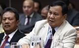 Menteri Pertahanan Prabowo Subianto (kedua kiri) bersama Panglima TNI Marsekal Hadi Tjahjanto (kiri), Kepala Staf Angkatan Darat Jenderal TNI Andika Perkasa (kedua kanan) bersiap mengikuti rapat kerja bersama Komisi I DPR di Kompleks Parlemen Senayan, Jakarta, Senin (20/1/2020).