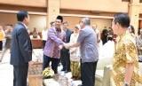 Menteri Pertanian Amran Sulaiman menyambut tamu dalam halal bi halal di lingkungan kerjanya