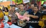 Menteri Pertanian, Amran Sulaiman (tengah) memeriksa daging sapi saat pembukaan Toko Tani Indonesia (TTI) di kawasan Pasar Minggu, Jakarta, Rabu (15/6).  (Republika/ Agung Supriyanto)