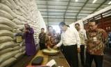 Menteri Pertanian Andi Amran Sulaiman memantau stok beras Bulog