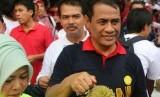Menteri Pertanian Andi Amran Sulaiman menunjukkan durian lokal