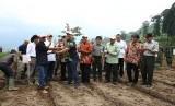 Menteri Pertanian (Mentan) Andi Amran Sulaiman memberikan bantuan benih hortikultura dan kopi kepada para petani di daerah aliran sungai (DAS) Citarum di desa Cibeureum dan Tarumajaya, kecamatan Kertasari, kabupaten Bandung, Kamis (10/1).