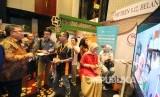 Menteri PPN/Kepala Bappenas Bambang Brodjonegoro (kiri) berdialog dengan pelaku usaha pada acara Indonesia Islamic Economy Festival (IIEFest) 2019 yang digelar Komite Nasional Keuangan Syariah (KNKS), di The Trans Luxury Hotel, Kota Bandung, Jumat (26/4).