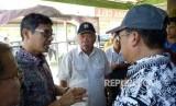 Menteri PUPR Basuki Hadimuljono dan Gubernur Sumbar Irwan Prayitno meninjau lokasi pengerjaan jalan tol Padang-Pekanbaru di Padang Pariaman, Ahad (4/2).