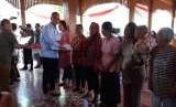 Menteri Sosial RI, Agus Gumiwang Kartasasmita, menyerahkan Bantuan Pangan Non Tunai (BPNT) kepada warga Solo di Kantor Kecamatan Jebres, Solo, Kamis (13/9).