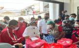 Menteri Sosial, Tri Rismaharini meninjau dapur gotong royong yang dikelola DPC PDIP Jakarta Timur.