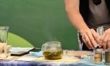 Menyeduh teh (ilustrasi)
