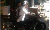Michael Essien saat mengendarai motornya.