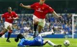 Mikael Silvestre (atas) ketika masih memperkuat Manchester United. Pada laga ini, Silvestre mencoba melewati pemain Chelsea Mario Melchiot (bawah) ketika United melawat ke Stamford Bridge di London pada Liga Primer musim 2001/2002.