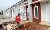 Pekerja menyelesaikan pembanguan perumahan (ilustrasi), Pemerintah memberikan subsidi uang muka KPR.