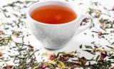 Minuman teh. Minum teh mendatangkan efek positif bagi kesehatan mental lansia.