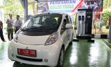 Mitsubishi i-MiEV ikut melakukan pengisian listrik di fasilitas pengisian daya kendaraan listrik BPPT.