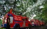 Mobil pemadam kebakaran. Pemerintah Jakarta Pusat menertibkan sejumlah pedagang kaki lima (PKL) penghalang jalur keluar-masuk mobil pemadam kebakaran di dekat Pasar Tanah Abang Blok F, Jumat.