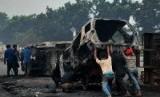 Pascabentrok Ormas, Kondisi Sukabumi Kondusif. Foto: Mobil terbakar usai bentrokan warga, ilustrasi