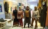 Model membawakan sejumlah koleksi busana dari merek Suqma.