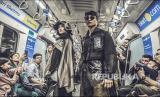 Model memperagakan busana pada acara Fashion Rock 2020 di dalam MRT, Jakarta. (Muhammad Adimaja/Antara)