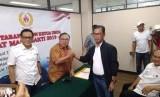 Muddai Madang (jaket hitam) menyerahkan formulir pendaftaran calon ketua umum Komite Olahraga Nasional Indonesia (KONI) Pusat periode 2019-2023 di Kantor KONI Pusat, Jakarta, Jumat (21/6).