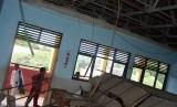 Ruangan yang plafonnya ambruk (ilustrasi)