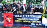 Musisi menyanyikan sejumlah lagu dari Iwan Fals ketika berunjuk rasa menolak RUU tentang Permusikan di depan kantor DPRD Pamekasan, Jawa Timur, Senin (18/2/2019).