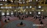 Karantina wilayah di Afsel dinilai memberatkan umat Islam. Ilustrasi Muslim Afrika Selatan bersiap untuk menjalankan ibadah Shalat Jumat di masjid Nizamiye, Johannesburg, South Africa, Jumat (18/5).