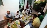 Muslim Kuba berkumpul untuk makan Iftar atau buka puasa bersama di Havana, Cuba, Jumat (3/8).   (Desmond Boylan/Reuters)