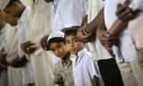 Muslim Peru saat melaksanakan saat berjamaah.