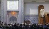 Muslim Prancis shalat Jumat di Masjid Agung Strasbourg, Jumat, France, 20 November 2015.