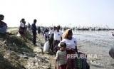 Muslim Rohingya tiba di Desa Thae Chaung, Sittwe, negara bagian Rakhine, Myanmar, Rabu (21/11).