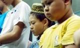 Muslim Taiwan shalat di Masjid Longgang di Taoyuan City, northern Taiwan, Sabtu (19/5)