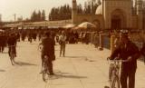 Muslim Uighur dan Masjid Id Kah, Kashgar, Xianjiang, Cina.