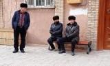 Muslim Uighur sedang bercengkerama.