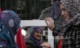 Muslimah Bosnia berkaca setelah mengenakan hijab di sela peringatan World Hijab Day di Sarajevo Bosnia.