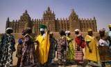 Muslimah Mali di depan Masjid Jami Djenne, Mali.