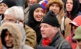 Presiden Dewan Muslim Prancis Baru Telah Terpilih. Muslimah Prancis di tengah kerumunan.