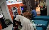 Nasabah melakukan transaksi di kantor layanan BNI Syariah, Jakarta, Rabu (25/4). BNI Syariah membukukan kinerja yang positif pada kuartal pertama 2018. Laba bersih tercatat mencapai Rp 94,48 miliar atau naik 21,69 (yoy) persen dari Maret 2017 yang sebesar Rp 77,64 miliar.