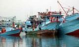 Nelayan memarkir kapal usai bongkar muatan di pelabuhan. ilustrasi