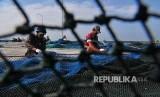 Nelayan memperbaiki alat tangkap cantrang di Pelabuhan Branta, Pamekasan, Jawa Timur, Jumat (2/2). Nelayan cantrang di daerah itu mulai beroperasi lagi setelah pemerintah menunda larangan penggunaan alat tangkap tersebut.