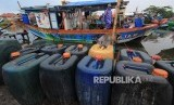 Nelayan menyiapkan perbekalan untuk melaut di Karangsong, Indramayu, Jawa Barat, Rabu (27/9). Kementerian Kelautan dan Perikanan mengupayakan jaminan ketersediaan pasokan BBM nelayan dengan meminta Pertamina membangun Solar Packed Dealer Nelayan (SPDN) di setiap pelabuhan perikanan yang ada di Indonesia.
