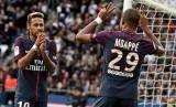 Neymar (kiri) bersama Kylian Mbappe.