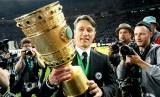 Niko Kovac memegang Piala Jerman.