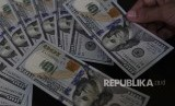 Nilai Tukar Rupiah Terhadap Dolar. Petugas melayani penukaran uang dolar Amerika di salah satu gerai penukaran valuta asing, Jakarta, Jumat (1/3/2019).