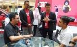 Nurul Husni Farid, Operation Director Akumobil.id 2. Alief, Chief Financial Officer Akumobil.id (keduanya berdiri) tengah memberikan penjelasan kepada konsumennya.