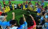 Ofisial dan pesepak bola Bhayangkara FC melakukan selebrasi usai mengalahkan Madura United dengan skor 1-3 dalam laga Gojek Traveloka Liga 1 di Stadion Gelora Bangkalan (SGB) Bangkalan, Jawa Timur, Rabu (8/11).