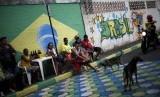 Orang-orang di jalan menonton pertandingan Piala Dunia 2014 lewat layar raksasa. (ilustrasi)