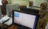 Orang tua dan calon siswa melihat peta zonasi saat sosialisasi dan simulasi pendaftaran Penerimaan Peserta Didik Baru (PPDB) 2019 tingkat SMA-SMK di Bandung, Jawa Barat, Jumat (14/6/2019).