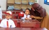 Orang tua menemani anaknya saat hari pertama masuk sekolah di Sekolah Dasar Negeri (SDN) Suak Timah, Samatiga, Aceh Barat, Aceh, Senin (15/7/2019).