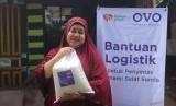 OVO bekerjasama dengan Rumah Zakat mendistribusikan bantuan untuk masyarakat terdampak tsunami di Kelurahan Kanyere, Pandeglang Rabu (9/1).