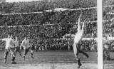 Pada 13 Juli 1930, Prancis berhasil mengalahkan Meksiko dengan skor 4-1 dan Amerika Serikat (AS) berhasil mengalahkan Belgia dengan skor 3-0 dalam pertandingan sepak bola Piala Dunia pertama, yang digelar di Montevideo, Uruguay.