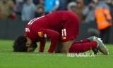 Mo Salah sujud syukur merayakan golnya pada laga antara Liverpool melawan Watford di Anfiled Stadium, Liverpool, Sabtu (14/12).